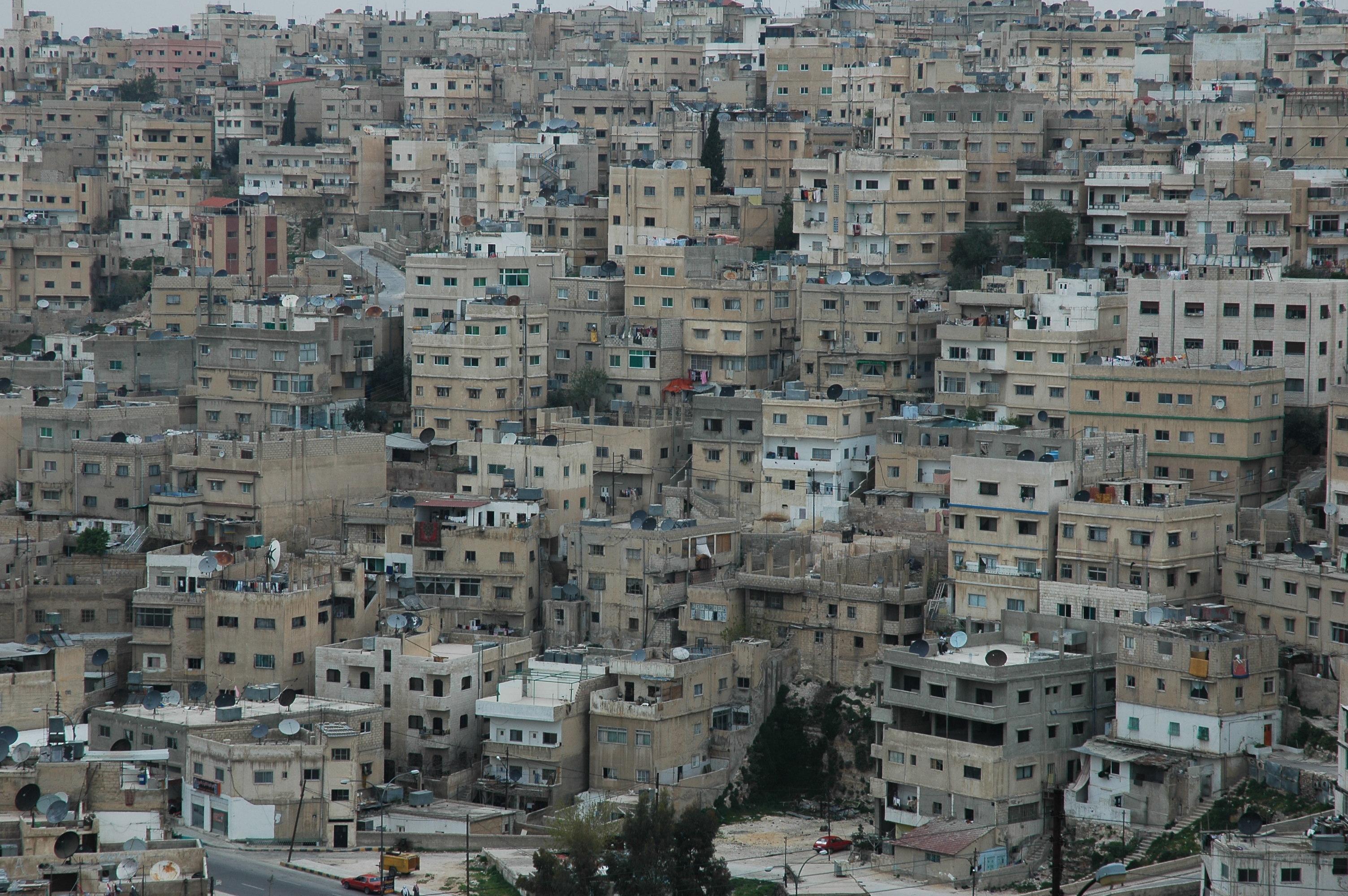 Ciasno ulokowane budynki w Ammanie